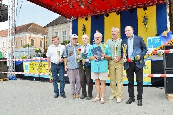 Veteráni. Sprava Dušan Pollák, Jozef Brabec, Mária Buzinkayová, Ján Komáromi s trénerom O. Pozmánom a Štefan Molnár.