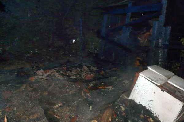 Pozostatky po požiari. Z obydlia sa už nič nezachovalo.