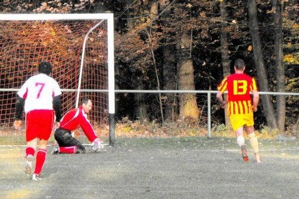 Penalta. Brankár Lindák bol proti Oravcovi úspešný.
