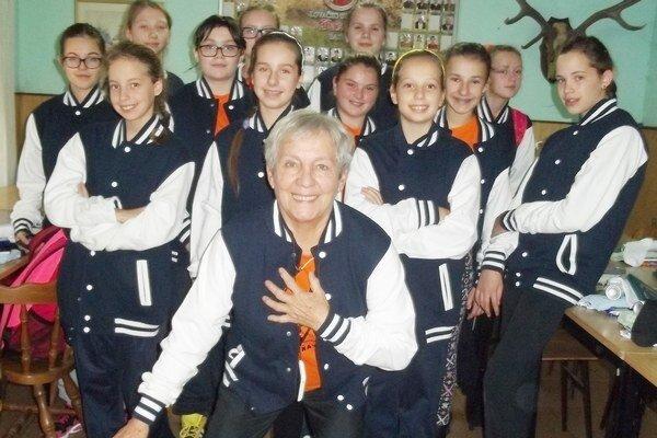 Mladšie žiačky. Spolu s trénerkou Máriou Buzinkayovou.