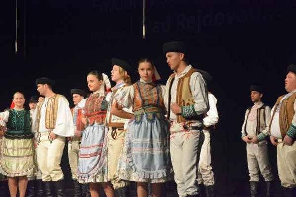 Roztancovaní mládenci i dievčence. Predstavenie folklórnej skupiny Dubina.