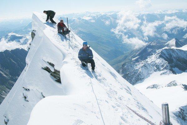 Grossglockner. Pri zdolávaní vrchu už bol potrebný horolezecký výstroj.
