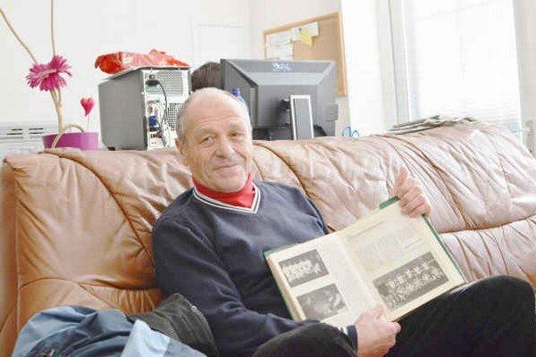 Spomienka na Bayern. Jozef Milko ukazuje fotku zostavy Tatrana Prešov, v drese ktorého nastúpil v Pohári víťazov pohárov proti slávnemu Bayernu Mníchov v sezóne 1966/1967.