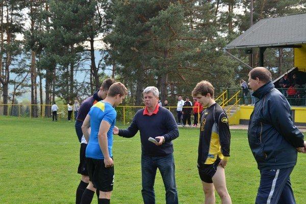 Od štvrtka do nedele. Tréner FK Krh. Podhradie Július Balta (v strede) pripravil pre svojich zverencov náročný tréningový program.