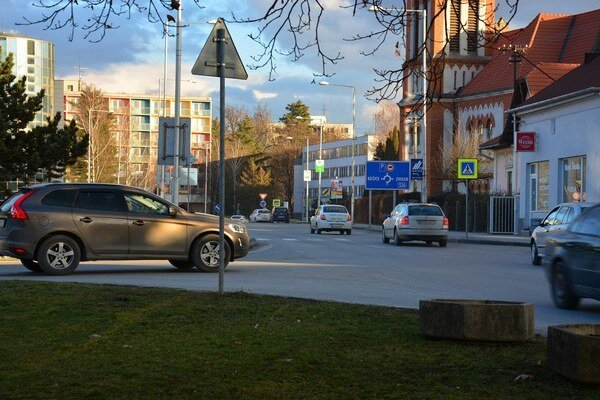 Dopravná špička vRožňave. Ráno ipopoludní sú mestské cesty preplnené.