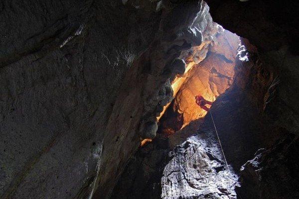 Vstupná priepasť. Jaskyniari pri vstupe.