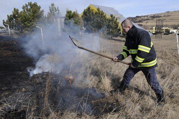 Vypaľovanie trávy. Hasiči museli zasahovať už vúvode jari.