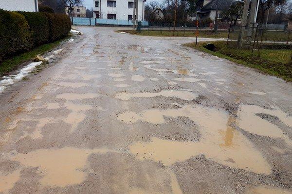 Cesty počas dažďov. Cez tieto jamy jazdia obyvatelia obce.