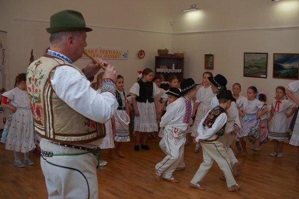Vystúpenie detí. Folklórne tance ich zamestnávali celý deň.