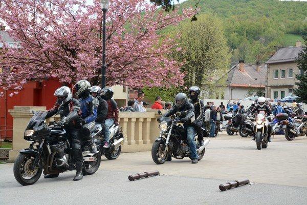 Zraz motorkárov vDobšinej. Tu zakončili motorkári púť pri otvorení moto sezóny.