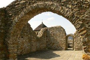 Ruina kostolíka vLúčke. Nezachovali sa už ani nástenné maľby.