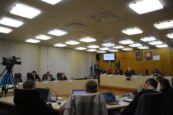 Mestské zastupiteľstvo v Rožňave. Poslanci diskutovali oproblematike opráv chodníkov.