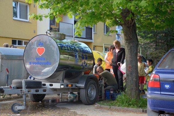 Sídlisko Rozkvet. Dobšinčania si prichádzajú po pitnú vodu z cisterny.