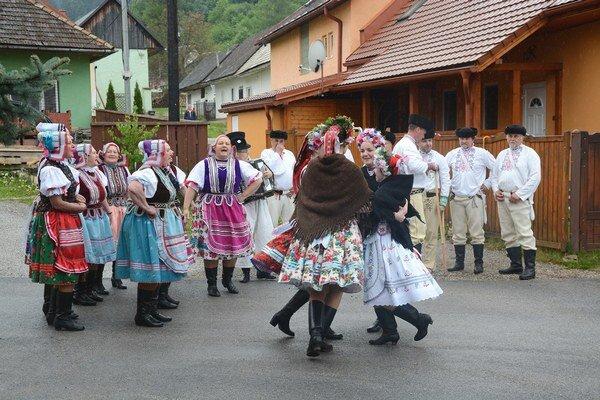 Stavanie mája vo Vyšnej Slanej. Folkloristi spod Radzima tancom aspevom slávili ich tradície.
