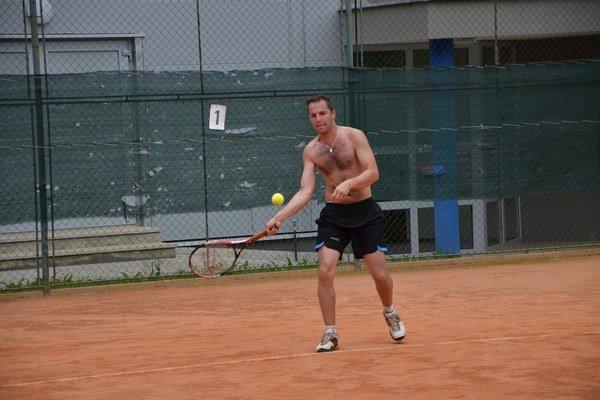 Vymenil rakety. Stolný tenista Gregor Gallo sa cez leto venuje tenisu.