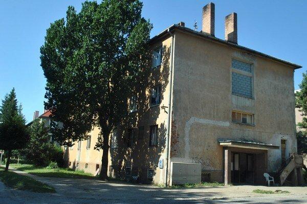 Bytovka na Zlatej ulici č. 10. Mesto ju v havarijnom stave zdedilo, opravilo, no nájomníci vytvárajú dlhy.