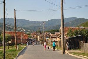 Osada v Krásnohorskom Podhradí. Nový stavebný zákon by mal riešiť aj čierne stavby pod hradom.