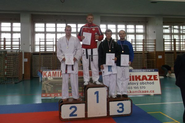 Na stupni víťazov. Karatista Peter Paulíny (celkom vpravo) získal bronz, ale aj striebro.