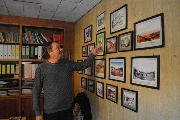 Tibor Harmatha pri svojej zbierke.