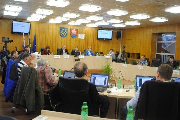 Mestskí poslanci rozhodovali o odpredaji pozemkov.