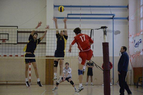 Mladosť vs. skúsenosť. V zápasoch proti Zvolenu mohli mladí revúcki volejbalisti zbierať skúsenosti.