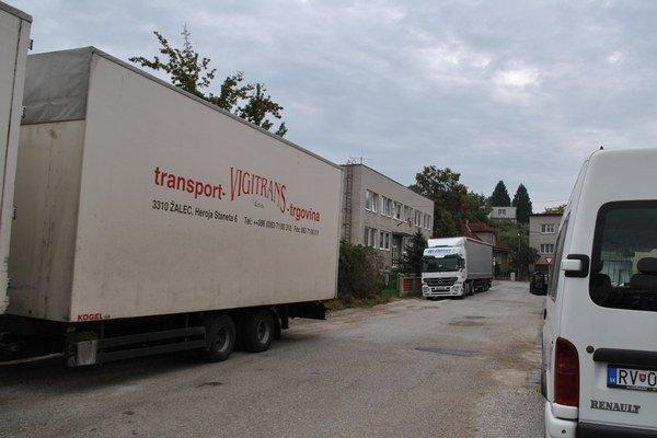 Ulica E. Rotha. Priestor pred pobočkou CÚ neraz blokujú kamióny.
