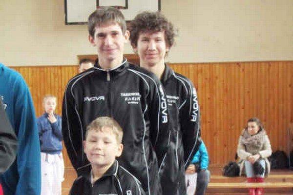 Minivýprava. Hakimi team cestoval na prvé kolo ligy pretekať v trojčlennom zložení, žiak K. Tömöl a dvojica juniorov J. M. Urbančík a J. Feješ.