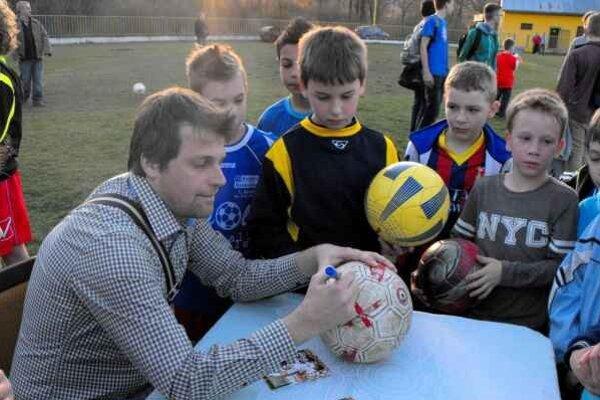 Návšteva. V piatok popoludní sa prišiel pozrieť na tréning hráčov SP MFK Rožňava J. Kožlej.