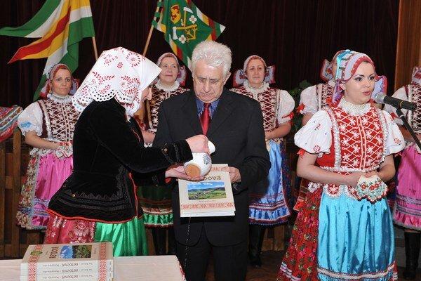 Krst prvej monografie o obci. Krstnými rodičmi boli S. Krišťáková a O. Hronec.