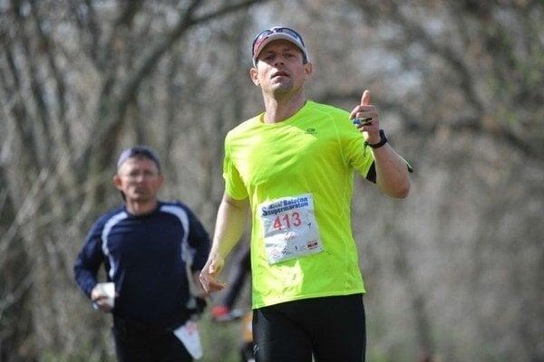 Adrián Dovala na trati svojho prvého tohtoročného ultramaratónu.