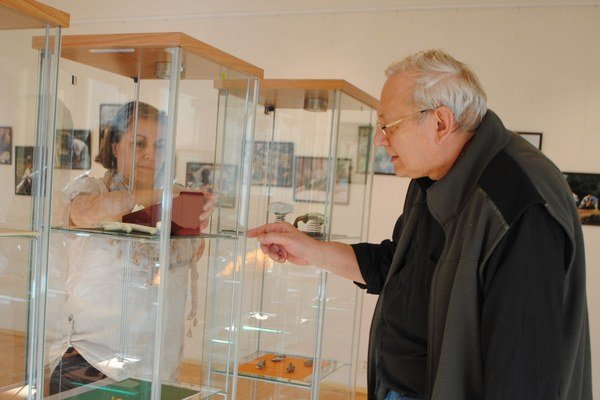 Autori I. Mészáros  a L. Kordos pri inštalovaní zaujímavej výstavy.