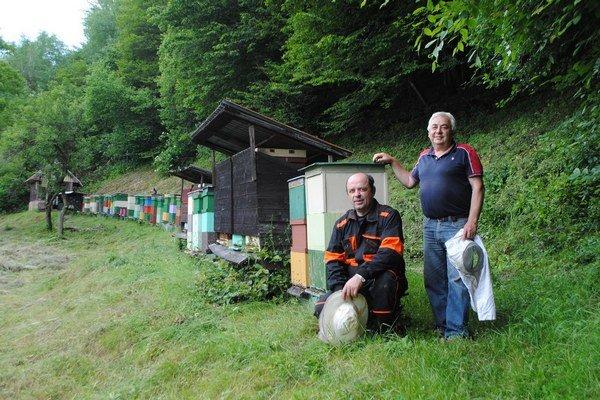 Zľava L. Pavlík a M. Virgala patria k dlhoročným včelárom.