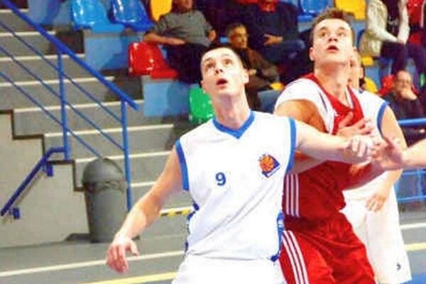 Pod košom. Hráč ŠPD Rožňava Miroslav Lichvár.