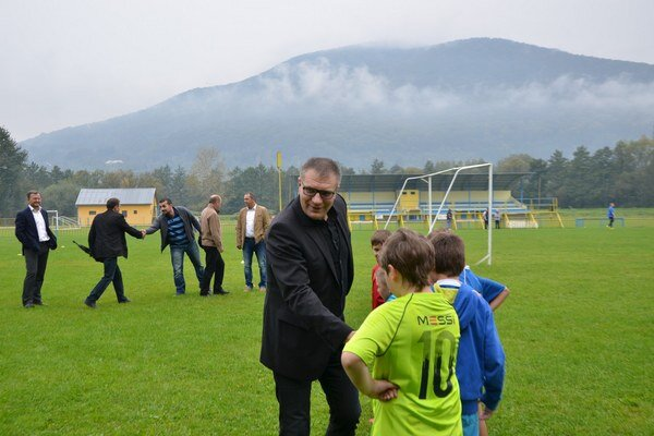 Návšteva. Prezident SFU Ján kováčik si v sprievode funkcionárov ObFZ i SP MFK pozrel tréningový proces mládežníckych mužstiev.