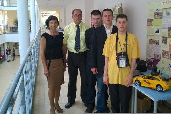 Stretnutie mladých vedcov. S pedagógmi (zľava) Ján Málik, Florián a Štefan Ciberaj.
