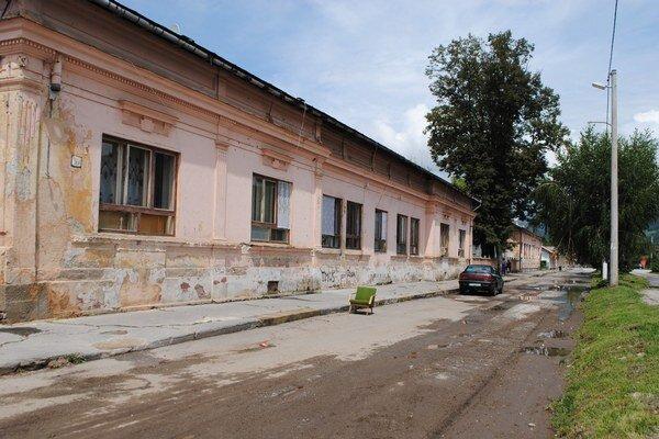 Sociálne byty v Rožňave Bani. Odpad končí v záchytnom septiku, ten však už nepostačuje.