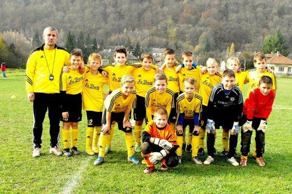 Mladší žiaci. Káder mladších žiakov FA Dovaj spolu s trénerom M. Gallom.