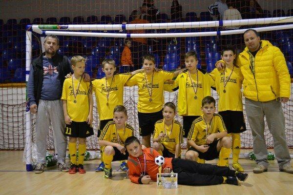 FA Dovaj. Družstvo FA Dovaj ročník nar. 2003, vľavo tréner M. Gallo, vpravo štatutár M. Domik.