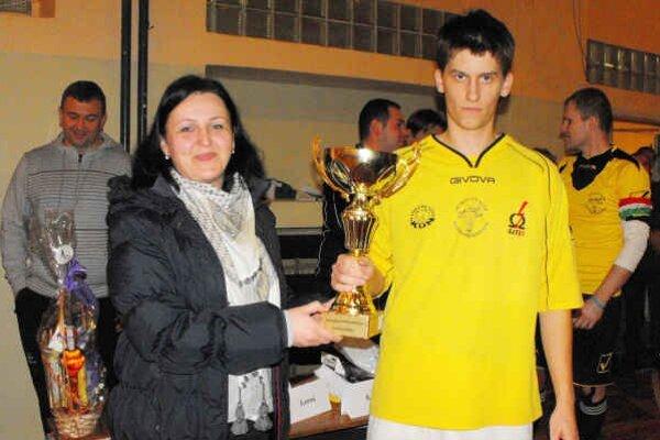 Víťazi. M. Farkašová odovzdáva putovný pohár víťazom turnaja.