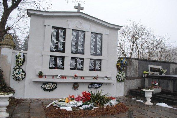 Obnovený pamätník. Vzdáva hold padlým v 1. a 2. svetovej vojne.