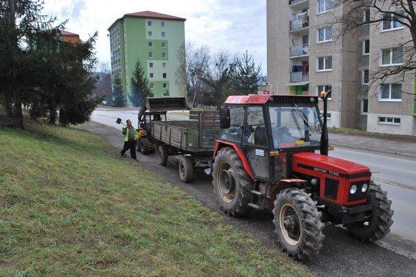 Zber posypového materiálu. Technické služby mesta Rožňava odvážajú posyp z ciest.