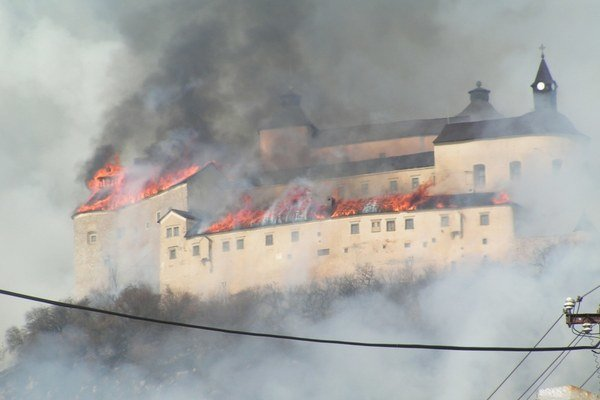 Hrad v plameňoch. Požiar na hrade Krásna Hôrka.