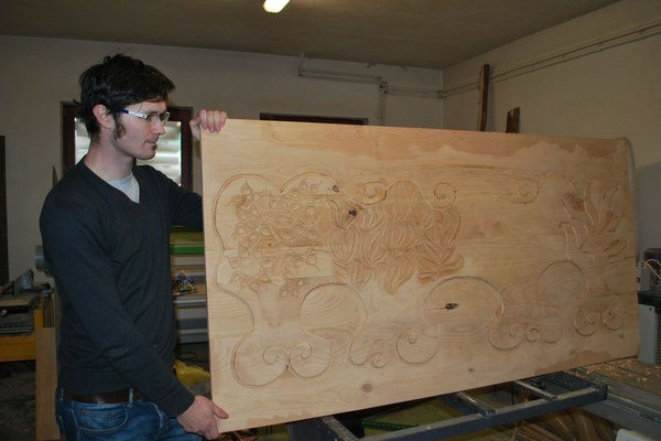 Rezbárska práca. Obraz z dreva zobrazí štyri ročné obdobia.