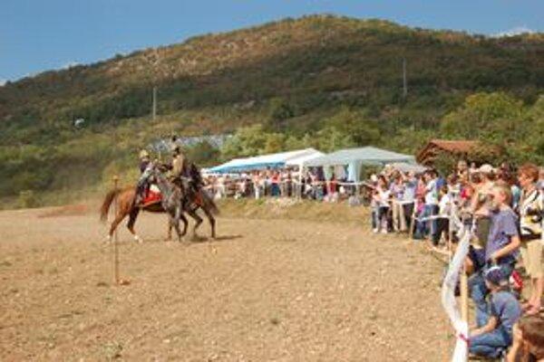 Husári na koňoch. Najviac zaujali návštevníkov ich súboje.