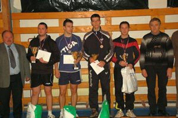 Najúspešnejší. Peter Šereda (druhý zľava, spolu so Z. Lelkešom, S. Novotom a G. Gallom) je trojnásobným víťazom turnaja.