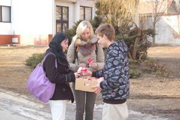 Ženy a slečny veľmi potešil darovaný kvietok.
