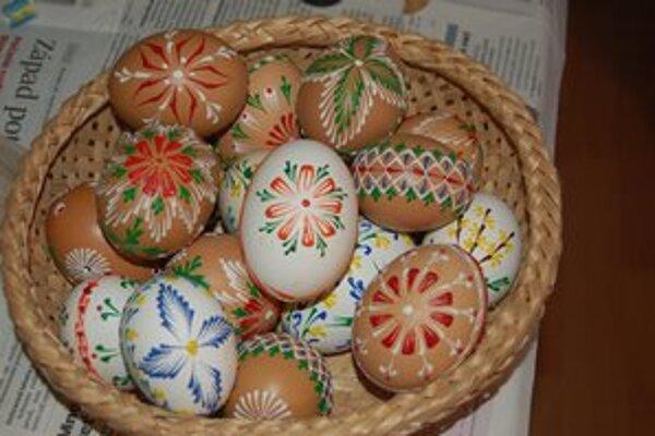 Súčasnosť. Zuzana Pačenovská sa venuje výzdobe vajíčok.