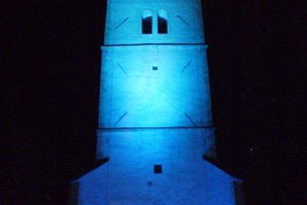 """Strážna veža. Mesto Rožňava sa zapojilo do celosvetovej iniciatívy """"Rozsvieťme to na modro""""."""
