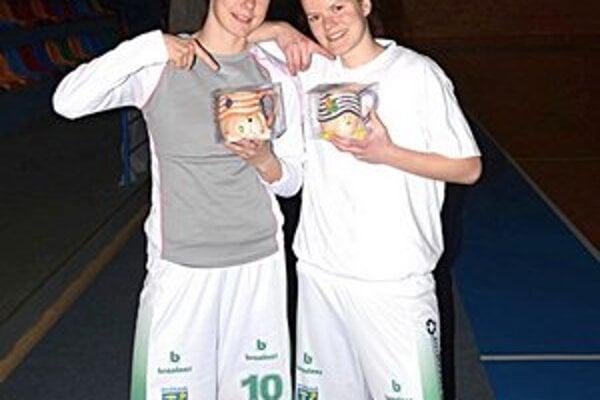 Basketbalistky Zuzana Babaríková a Laura Van Dalen s darčekmi za opateru psíkov.