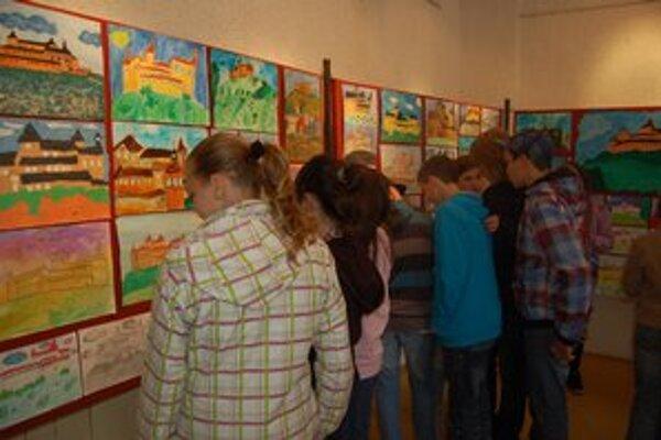 Výstava. Žiaci základných škôl obdivovali vystavené práce.